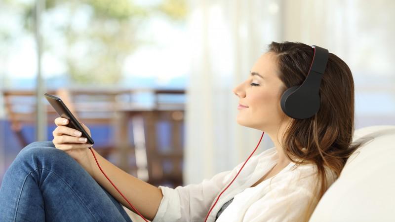 برای یادگیری یک زبان ، موسیقی گوش کنید!